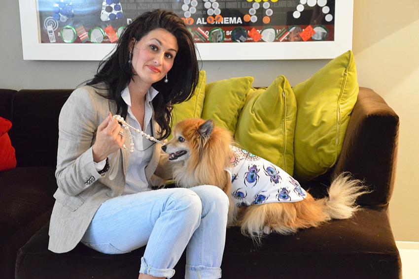 look-per-lei-e-per-fido-t-shirt-colorate-scarpe-ginniche-giacca-beige-moda-animali-magliette-per-cani