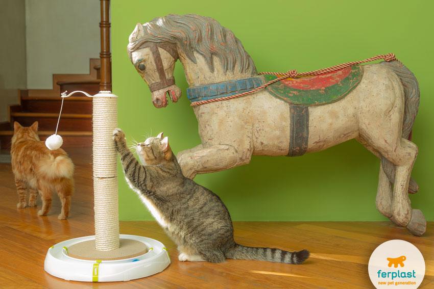 gatti che giocano con il tiragraffi magic tower di ferplast
