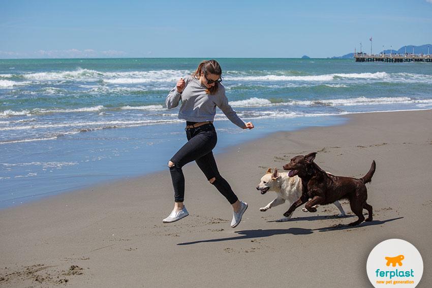 blogger carlotta rubatelli che corre in spiaggia con i suoi due labrador
