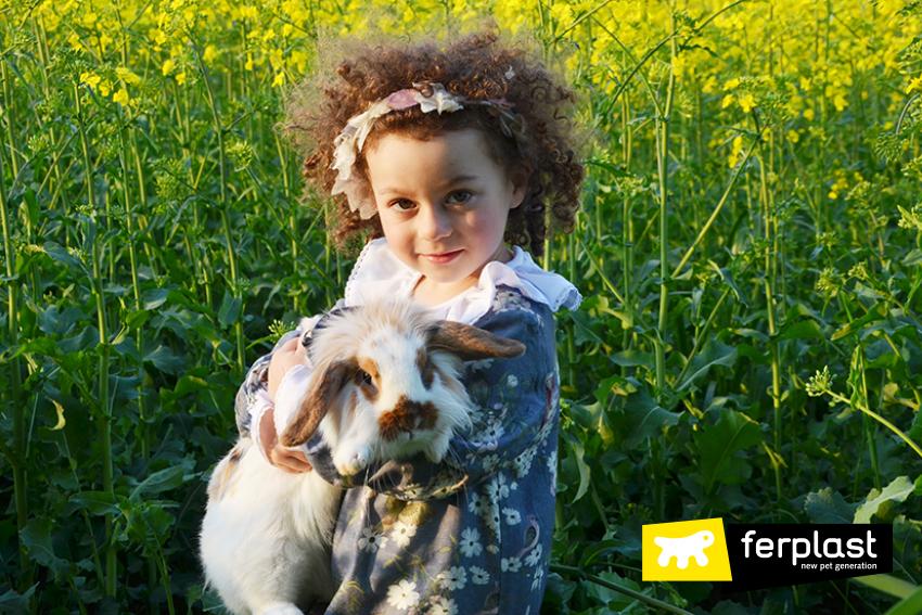 giocare_coniglio_in_giardino