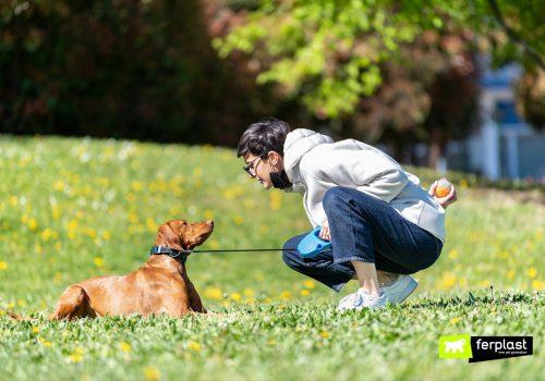 Cane e padrone con guinzaglio retraibile Flippy One di Ferplast