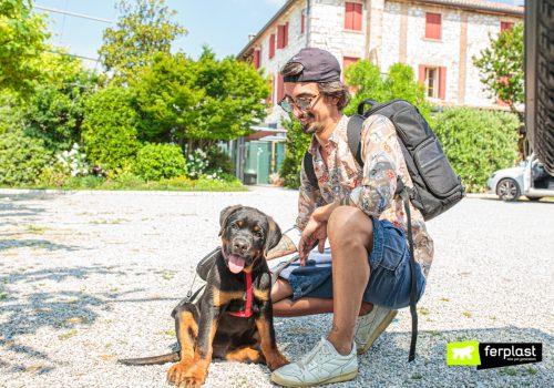 Cane in vacanza con il padrone e accessori Ferplast