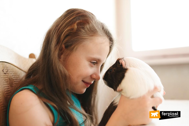 Bambina con porcellino d'India