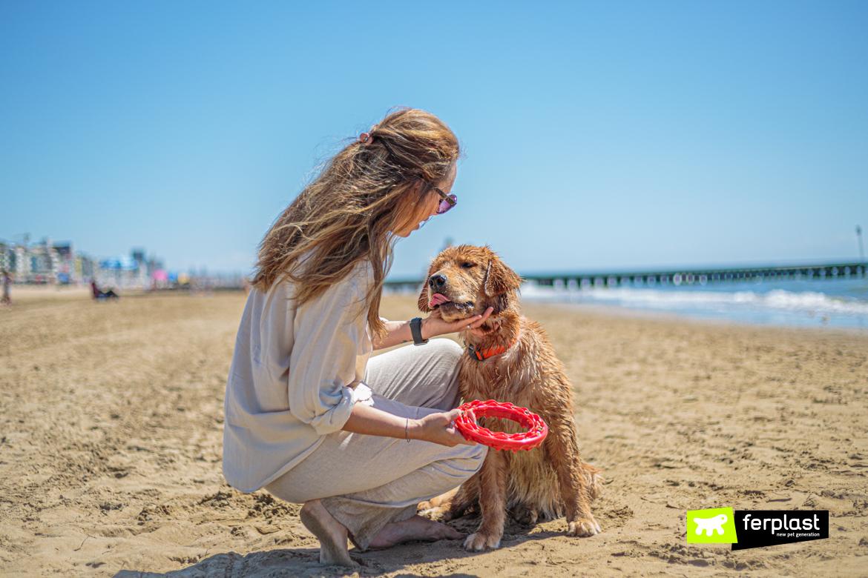 Cane e padrona al mare con Smile, gioco dentale di Ferplast