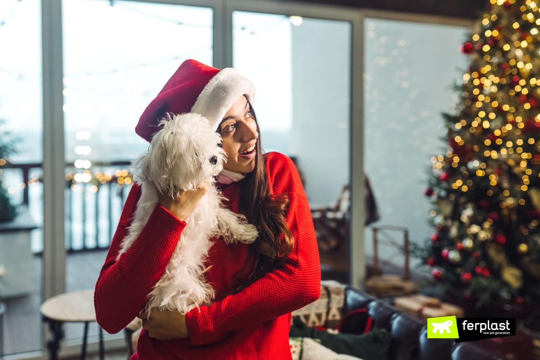 Девочка держит щенка на руках в новогоднюю ночь