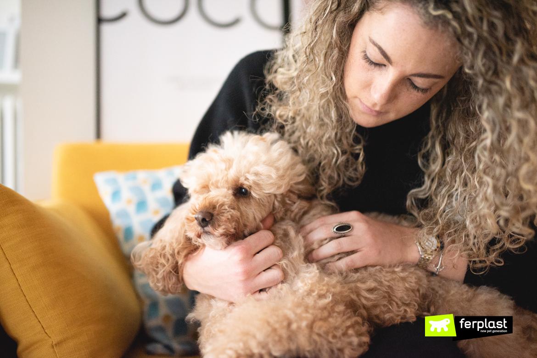 Donna accudisce il suo cane