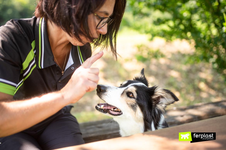 Donna dà dei comandi al suo cane