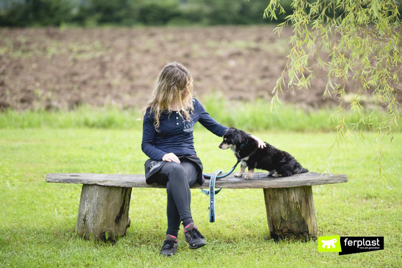 Donna seduta accarezza il suo cane