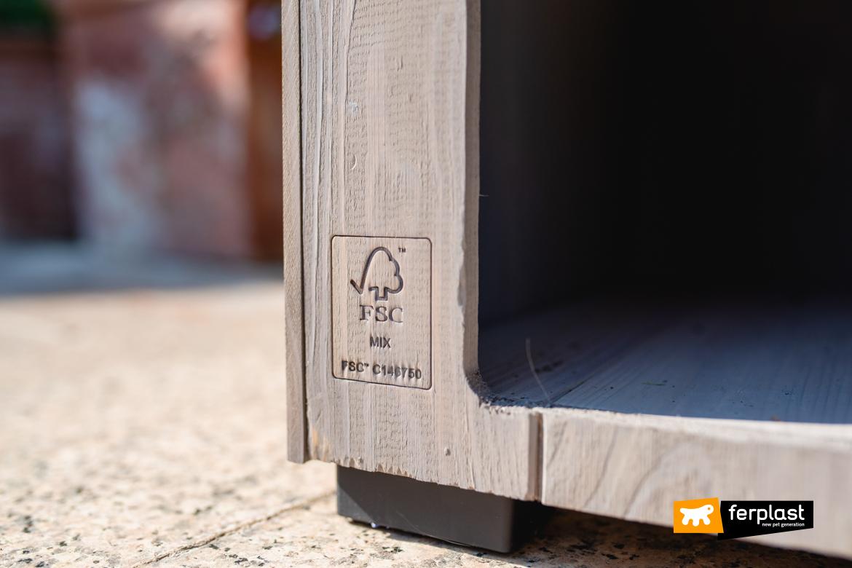 Dettaglio casetta in legno FSC di Ferplast tra gli accessori ecofriendly per animali