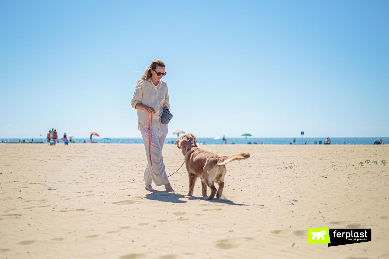 Porta-crocchette di Ferplast al mare con il cane